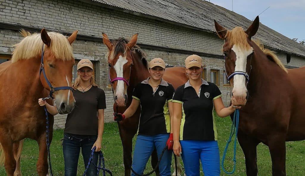 õnnelikud barefooti hobused